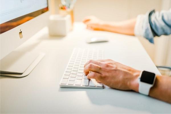 Person som bruker tastatur